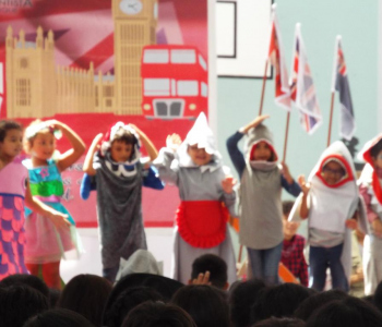 The English Day was celebrated with great enthusiasm, this Tuesday, October 30th, organized by the English Department of our school